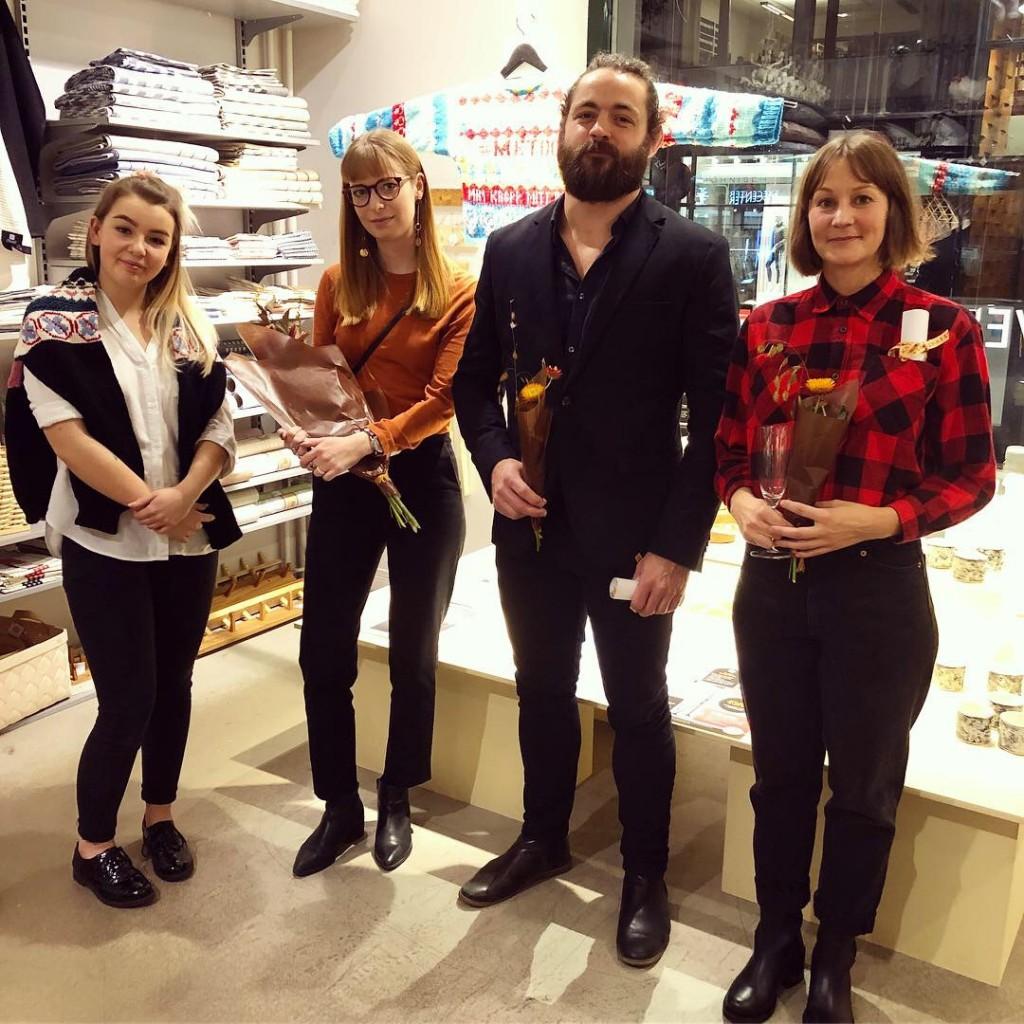 Här är vår vinnare tillsammans med de sökande vi valt att ge hedersomnämnande, på plats i butiken från vänster: Lina Niklasson, Jennie Adén, Hannes Åström och Jennie Jakobsson. (Foto Frida Arnqvist Engström)
